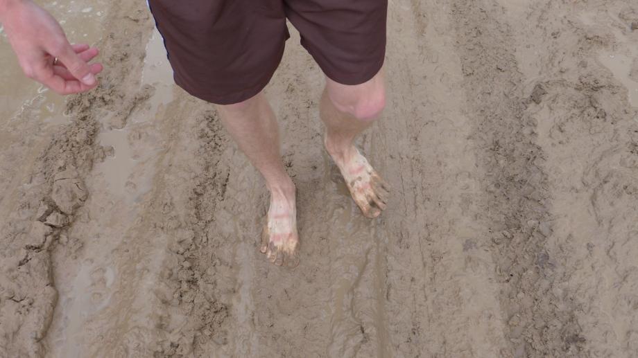 по такой дороге проще без обуви