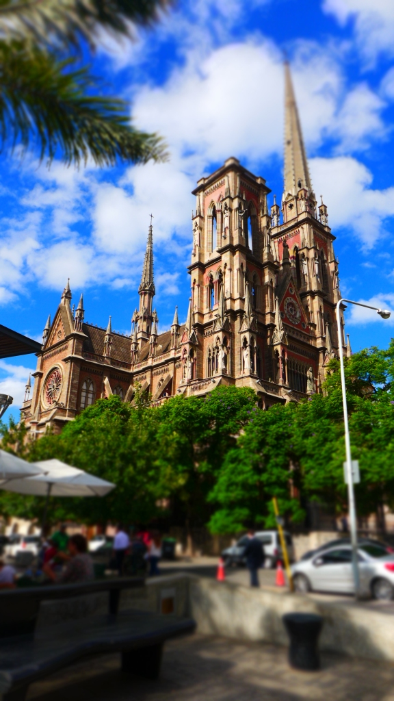 основная достопримечательность Кордобы, Iglesia del Sagrado Corazón. Отсутствующая башня по замыслу архитектора символизирует несовршенство человека перед совершенством Бога