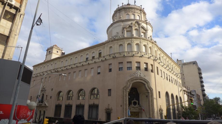 здание национальной лотереи (очень аргентинцы ее любят)